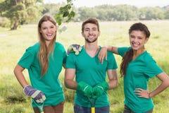 Gelukkige vrienden die voor de gemeenschap tuinieren Royalty-vrije Stock Afbeeldingen