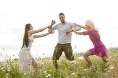 Gelukkige vrienden die vrije tijd samen in a doorbrengen Stock Foto's