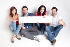 Gelukkige vrienden die witte banner tonen Royalty-vrije Stock Foto