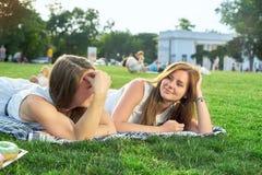Gelukkige vrienden in het park stock foto's