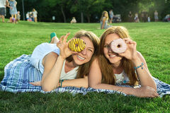Gelukkige vrienden in het park stock fotografie