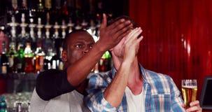 Gelukkige vrienden met bieren stock videobeelden