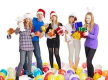 Gelukkige vrienden met de giften van het Nieuwjaar op wit Royalty-vrije Stock Foto's