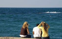 Gelukkige vrienden op een overzeese kust stock afbeelding
