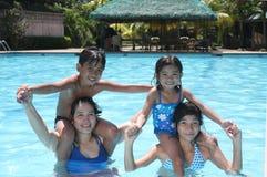 Gelukkige vrienden op een pool royalty-vrije stock afbeelding