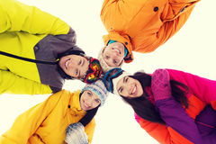 Gelukkige vrienden in skibeschermende brillen in openlucht Royalty-vrije Stock Foto's
