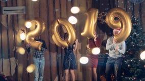 Gelukkige vriendenmedewerkers die tijdens 2019 Nieuwjaarpartij dansen stock video