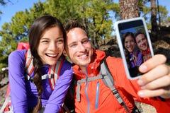 Gelukkige vriendenwandelaars die selfie op wandelingsreis nemen royalty-vrije stock foto's