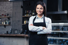 Gelukkige vrij vrouwelijke kelner in schort Royalty-vrije Stock Foto's