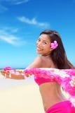 Gelukkige vrije bikinivrouw op Hawaiiaanse strandvakantie royalty-vrije stock afbeeldingen