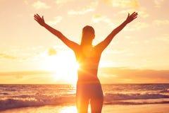 Gelukkige Vrije Vrouw bij Zonsondergang op het Strand Stock Foto's