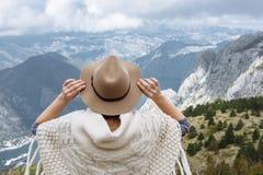 Gelukkige vrije vrouw die van de reis van het reisavontuur met volks sh hoed genieten Stock Foto's