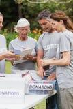 Gelukkige vrijwilliger die schenkingsdoos bekijken royalty-vrije stock foto