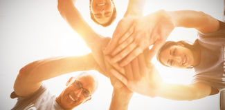 Gelukkige vrijwilligers die handen samen stapelen Royalty-vrije Stock Foto's