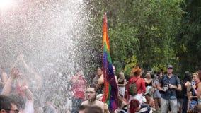 Gelukkige Vrolijke de menigtemens van LGBT met de langzame motie van de regenboogvlag stock video