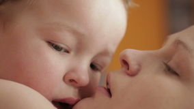 Gelukkige vrolijke familie. Moeder en baby het kussen, het lachen en het koesteren. Dicht UPS. stock footage