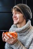 Gelukkige vrolijke mens die een grote kop van koffie houden Stock Afbeeldingen