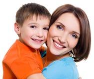 Gelukkige vrolijke moeder met weinig zoon Royalty-vrije Stock Afbeeldingen