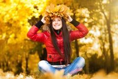 Gelukkige vrolijke vrouw in een kroon van de herfstbladeren Royalty-vrije Stock Foto's