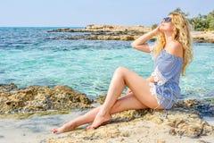 Gelukkige Vrouw bij het strand in Cyprus De mooie mening van de de zomerkust Het genieten van van zonnige dagen Stock Afbeelding