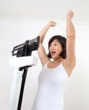 Gelukkige Vrouw bij het Toejuichen van de Schaal van het Gewicht stock foto's