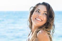 Gelukkige vrouw bij strand Stock Foto