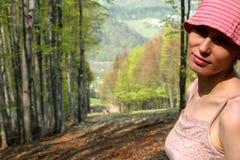 Gelukkige vrouw in bos royalty-vrije stock fotografie