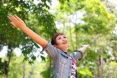 Gelukkige vrouw in bos Stock Foto's