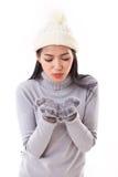 Gelukkige vrouw in daling of de winterstijl, die iets blazen aan u Stock Afbeeldingen