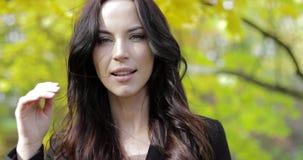 Gelukkige vrouw in de herfstpark stock videobeelden