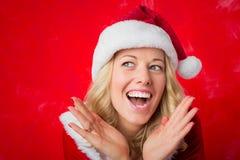 Gelukkige vrouw in de hoed van het rode Nieuwjaar Royalty-vrije Stock Foto's