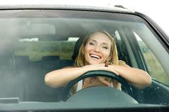 Gelukkige vrouw in de nieuwe auto Stock Foto's