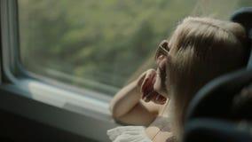 Gelukkige vrouw in de trein stock footage