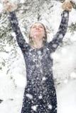 Gelukkige vrouw in de winter met sneeuw Stock Foto's