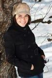 Gelukkige vrouw in de winterbos Stock Foto's