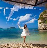 Gelukkige vrouw in de zomer witte kleding op strand stock fotografie