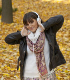 Gelukkige vrouw die aan muziek luistert stock foto