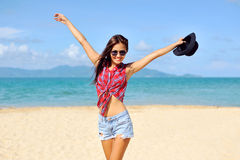 gelukkige vrouw die bij het strand op een zonnige dag glimlachen Royalty-vrije Stock Foto