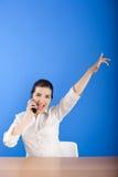 Gelukkige vrouw die bij telefoon roept Stock Foto's