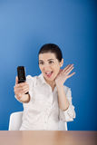 Gelukkige vrouw die bij telefoon roept Stock Foto