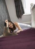 Gelukkige Vrouw die in Cat While Lying On Staircase bekijken Royalty-vrije Stock Foto