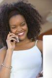 Gelukkige Vrouw die Celtelefoon met behulp van Royalty-vrije Stock Afbeeldingen