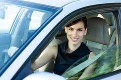 Gelukkige vrouw die de auto drijft Stock Foto's