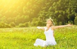 Gelukkige vrouw die in de kroon in openlucht zomer van het leven genieten