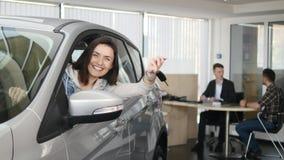 Gelukkige vrouw die de sleutel van zijn nieuwe auto tonen Autozaken, autoverkoop, technologie en mensenconcept - gelukkig mannetj stock footage