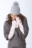 Gelukkige vrouw die in de winteruitrusting lachen Stock Afbeeldingen