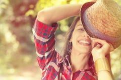 Gelukkige vrouw die de zomer van dag genieten die pret in park hebben Royalty-vrije Stock Foto's