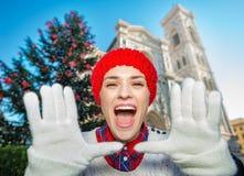 Gelukkige vrouw die dichtbij Kerstmisboom schreeuwen in Florence, Italië Stock Foto's