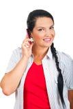 Gelukkige vrouw die door celtelefoon spreekt royalty-vrije stock afbeelding