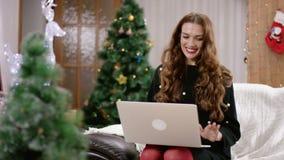 Gelukkige vrouw die door een videopraatje spreken stock video